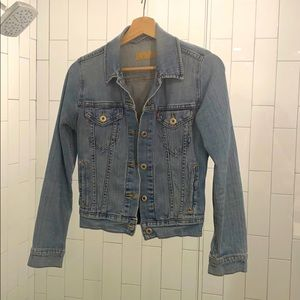Classic Levi's fitted denim jacket